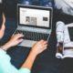 En kvinde der laeser en blog