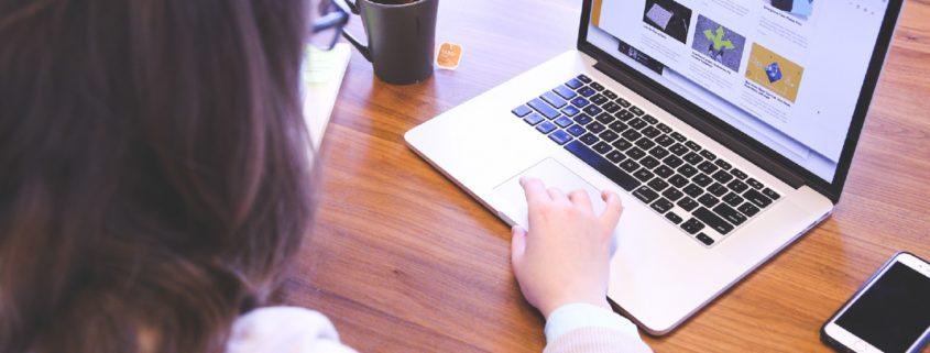 En pige der skriver et nyhedsbrev