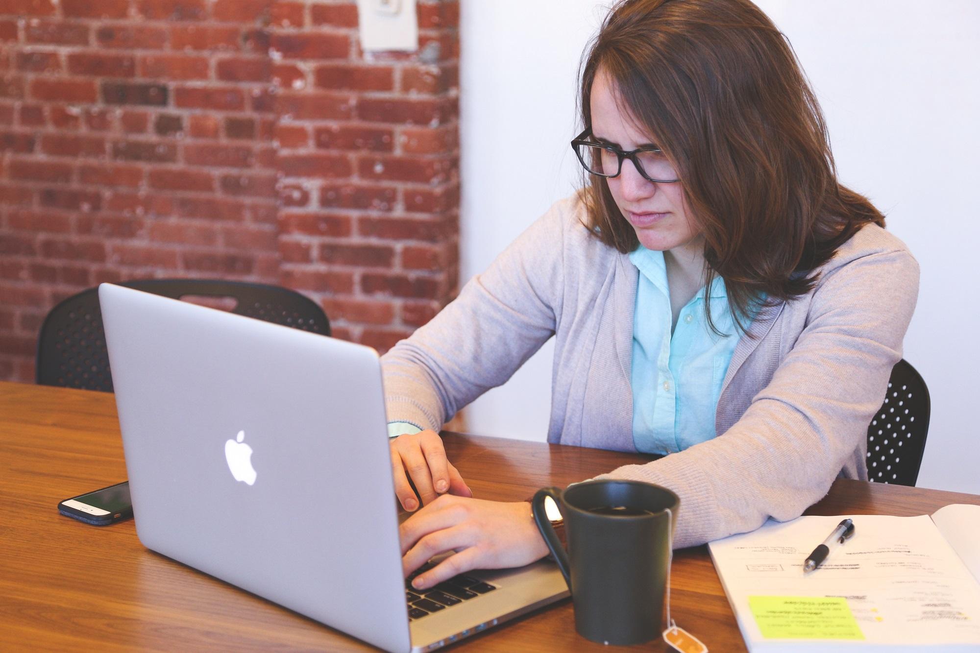En kvinde der laeser et nyhedsbrev
